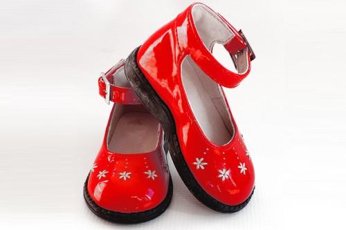 20150319-200_muses-Imatge_Red_baby_girl_patent_leather_shoes_38_parrots_CC2.0_Attribution-Text_Llagrimes_de_cocodril_Tere_SM
