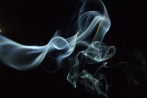 20150617-200_muses-Imatge_Incense_smoke_against_a_black_sky_Vanessa_Pike-Russell_CC2.0_Attribution-Text_Il-lusa_jo_Tere_SM