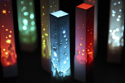 20151007-200_muses-Imatge_lased_LED_light_towers_Jared_Tarbell_CC2.0_Attribution-Text_Se_t_menjaria_a_petons_Tere_SM