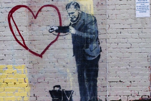20150205-200_muses-Imatge_banksy_peaceful_hearts_doctor_3_Eva_Blue_CC2.0_Attribution-Text_Doctor_Tere_SM