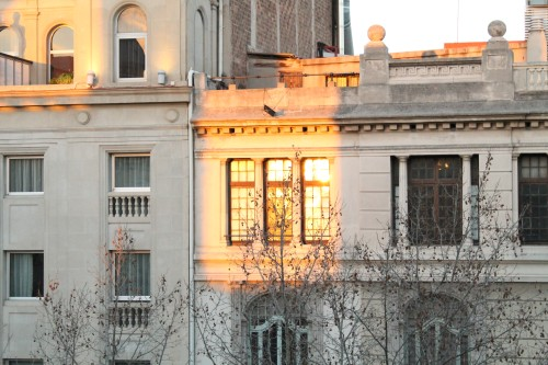 20150420-200_muses-Imatge_Posta_sol_finestra_Barcelona_Tere_SM-Text_Parsimonia_Tere_SM
