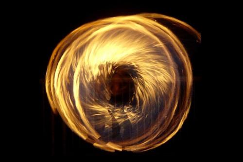 20151008-200_muses-Imatge_Spinning_Fire_Dawn_Ellner_CC2.0_Attribution-Text_Filadores_de_destins_Tere_SM